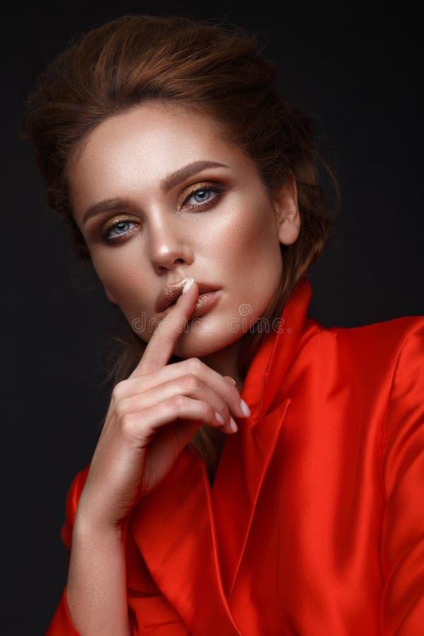 Härlig sexig flicka med sinnliga kanter, modehår, den röda klänningen och tillbehör Härlig le flicka royaltyfri bild