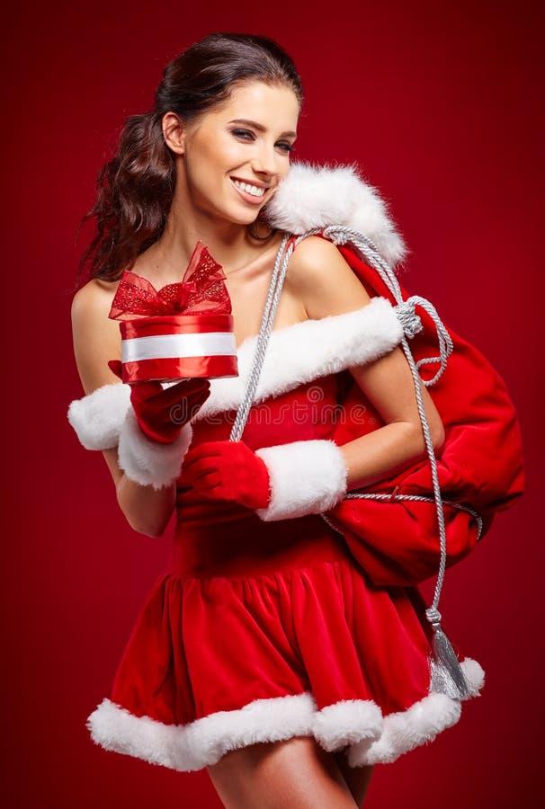 Härlig sexig flicka som bär Santa Claus kläder med julG royaltyfria foton