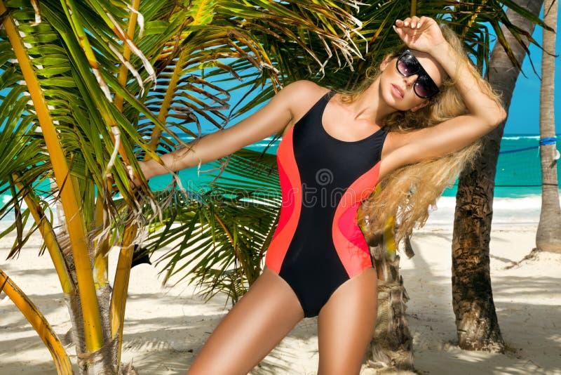 Härlig sexig flicka, surfare i en bikini på en karibisk strand Plaza, sand och palmträd royaltyfria foton