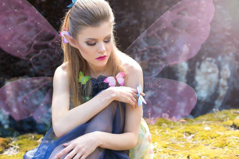 Härlig sexig gullig försiktig flickaälvafjäril arkivbilder