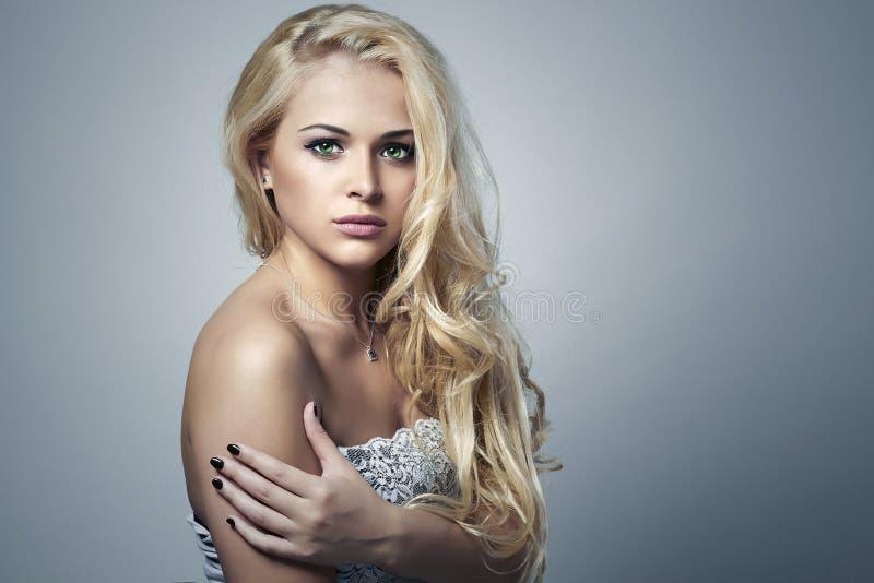 härlig sexig kvinna Blond flicka för skönhet med lockigt hår manicure arkivfoton