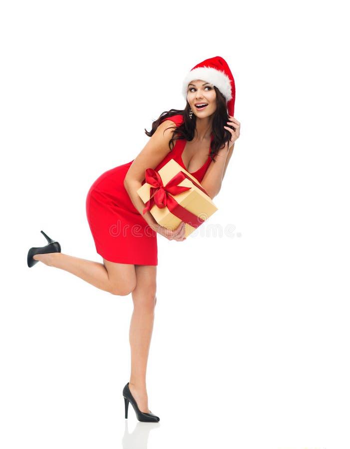 Härlig sexig kvinna i den santa hatten med gåvaasken arkivbild