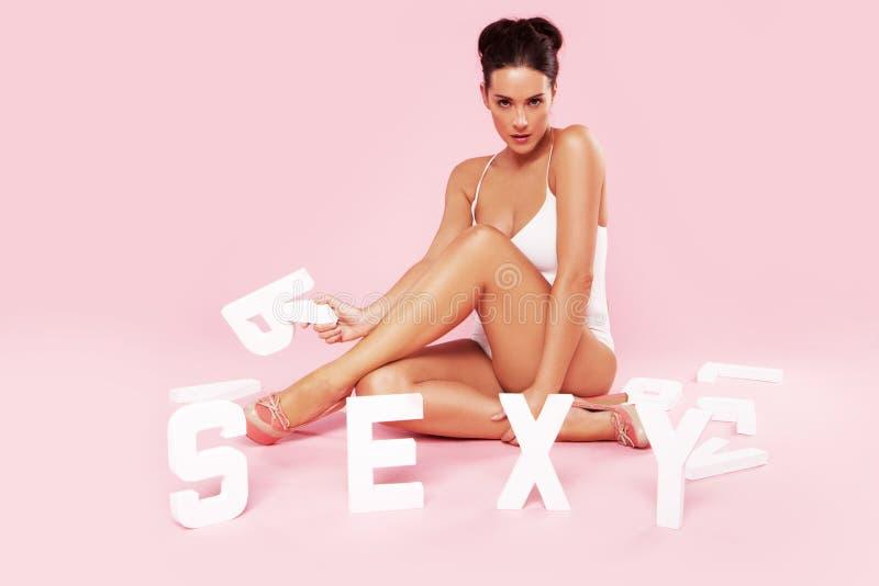 Härlig sexig kvinna i en baddräkt arkivfoto