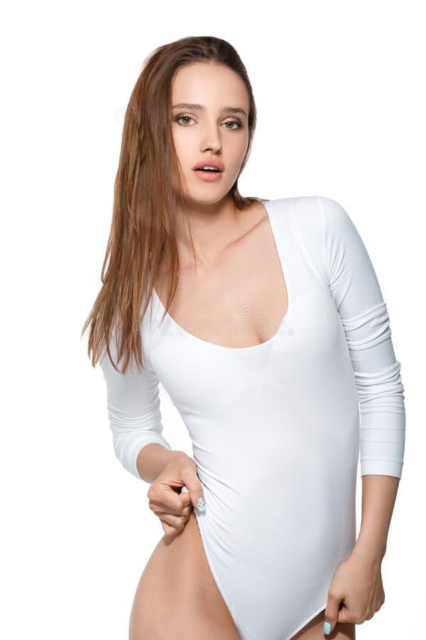 Härlig sexig kvinna med den perfekta kroppen i den vita bodysuiten royaltyfri bild