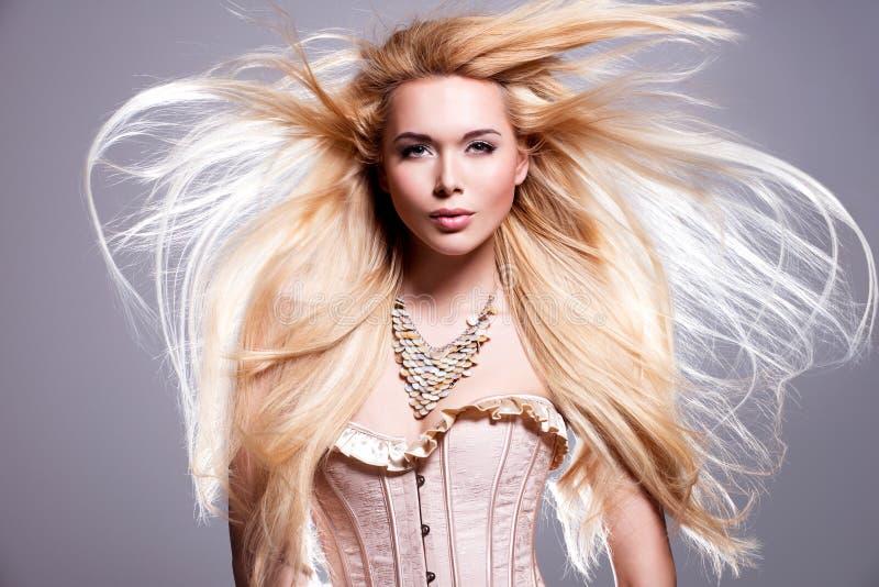 Härlig sexig kvinna med långt blont hår arkivfoton