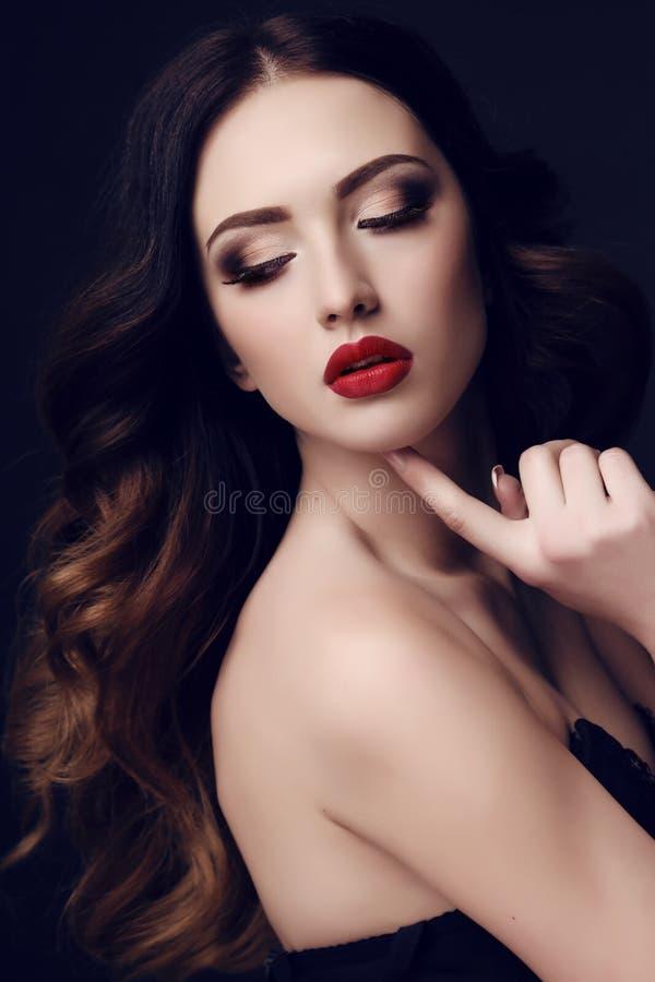 Härlig sexig kvinna med mörkt hår och ljus makeup arkivfoto