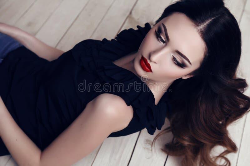 Härlig sexig kvinna med mörkt hår och ljus makeup royaltyfria foton
