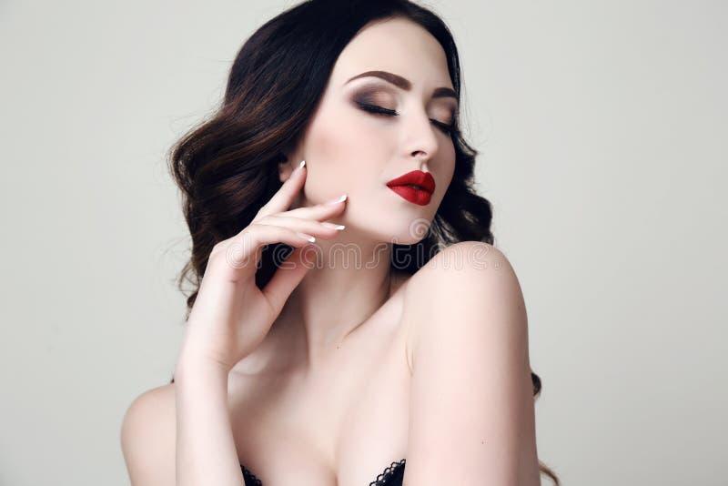Härlig sexig kvinna med mörkt hår och ljus makeup arkivfoton