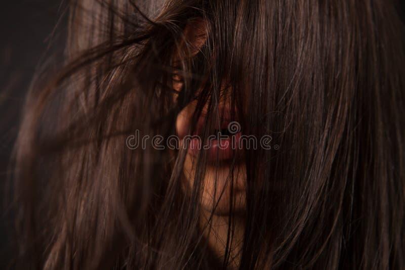 Härlig sexig kvinna med spritt hår arkivbild