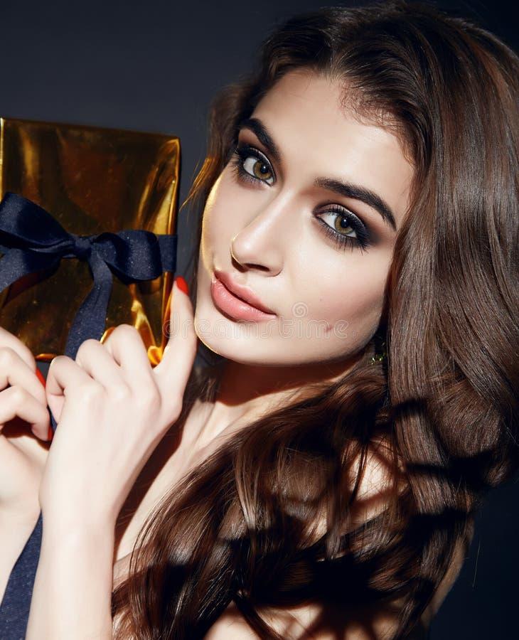 Härlig sexig makeup för kvinnabrunettafton med askgåva arkivfoton
