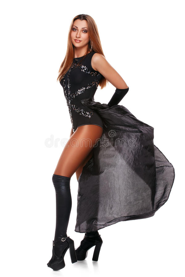 Härlig sexig ung kvinna i en svart kjol, svarta kängor, en full längd fashion flickan Isolerat på vit royaltyfri bild