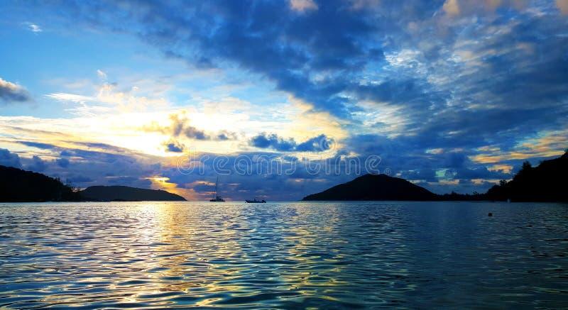 Härlig Seychellerna solnedgång som förbluffar himmel royaltyfria bilder