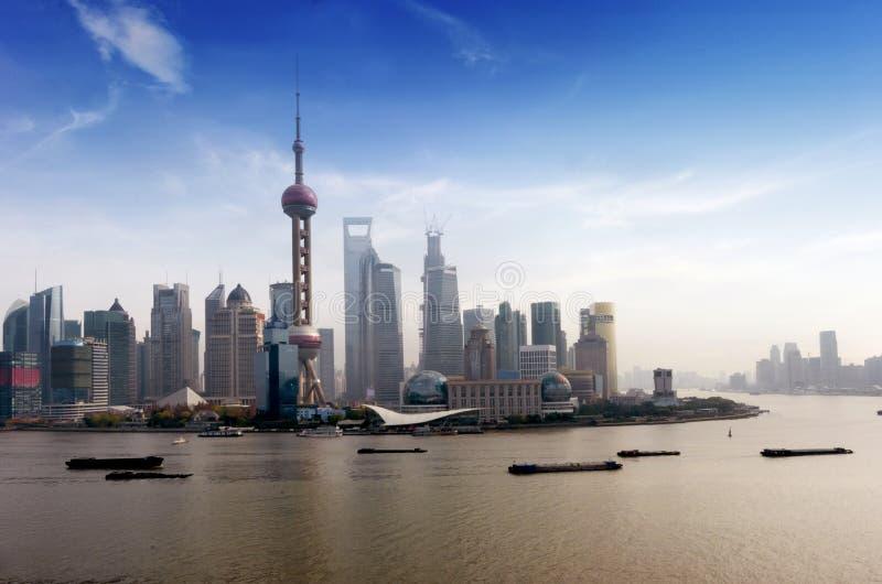 Härlig Shanghai Pudong horisont under blå himmel royaltyfria foton
