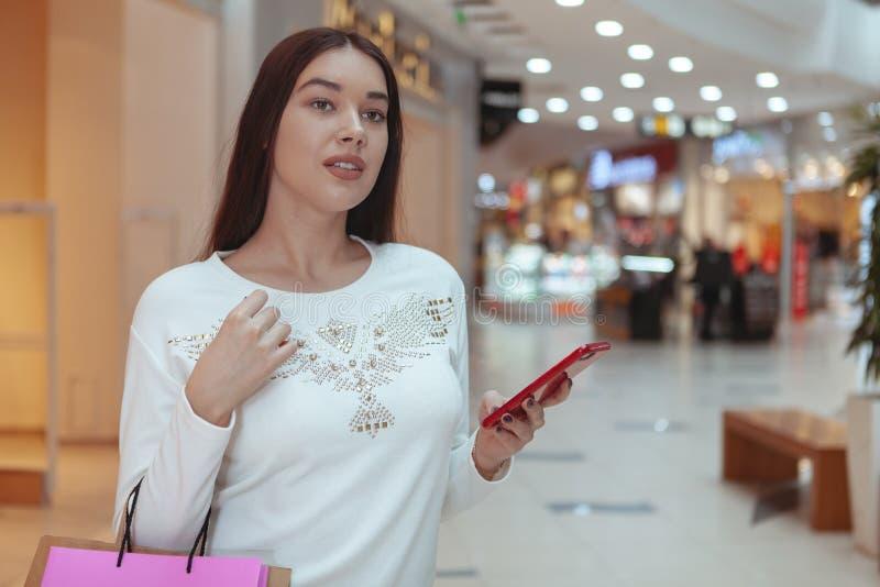 Härlig shopping för ung kvinna på den lokala gallerian royaltyfria bilder