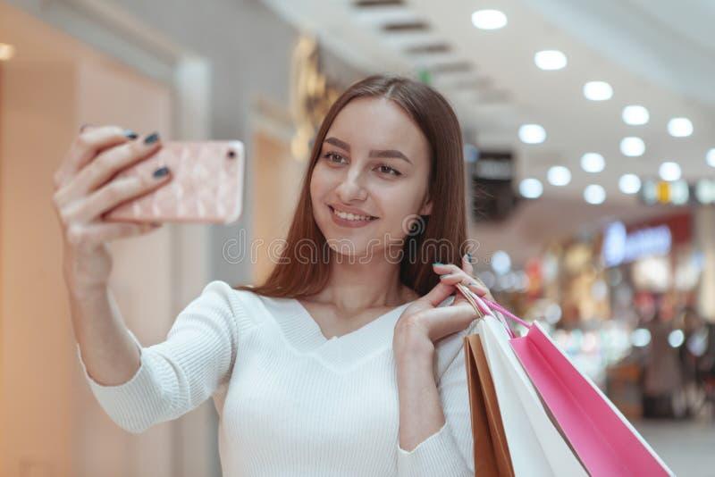 Härlig shopping för ung kvinna på den lokala gallerian arkivfoto