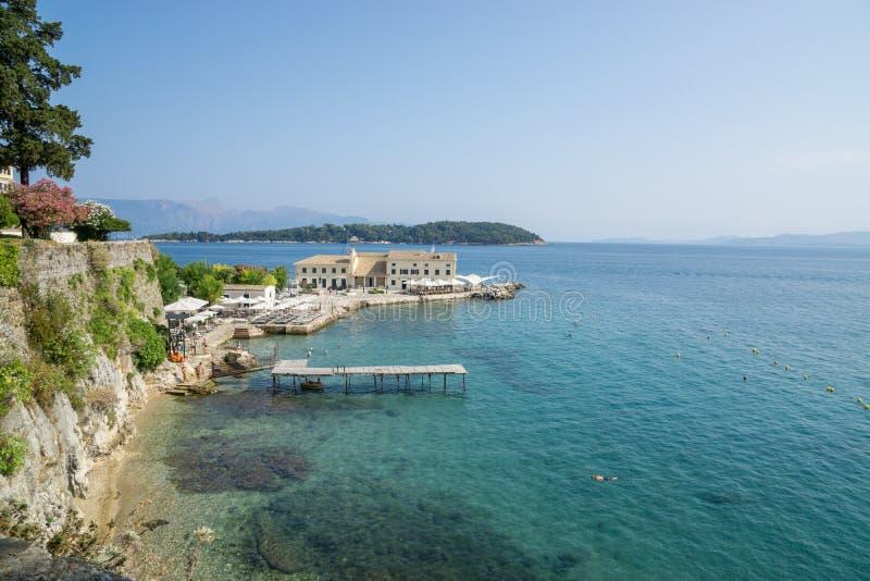 Härlig sikt över stranden i Korfu, Grekland med egentligen klart vatten royaltyfri bild