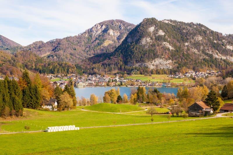 Härlig sikt av ängen, Fuschlsee sjön, berg och österrikaren royaltyfria foton