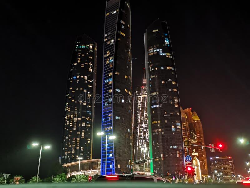 Härlig sikt av Abu Dhabi torn och gator på natten - Etihad torn arkivbilder