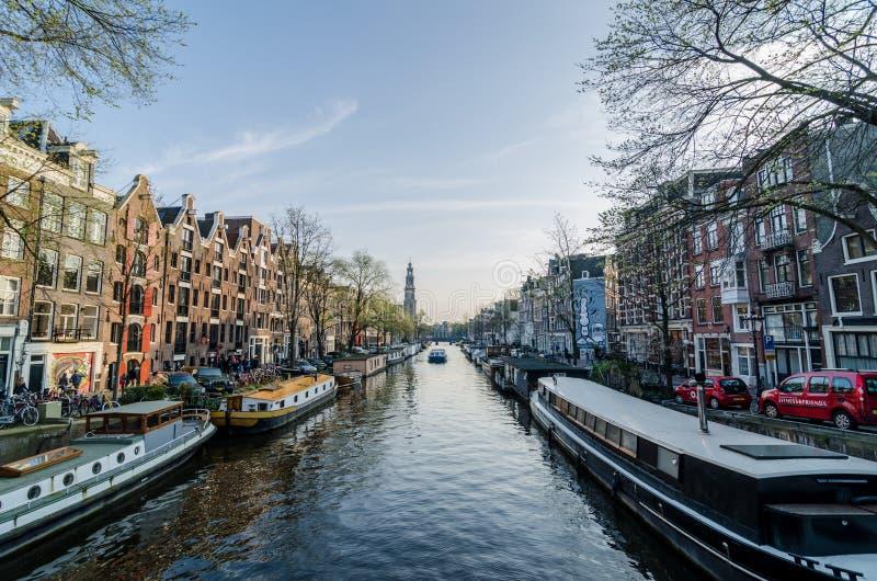 Härlig sikt av Amsterdam kanal royaltyfri bild