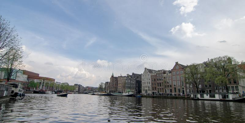 Härlig sikt av Amsterdam kanal fotografering för bildbyråer