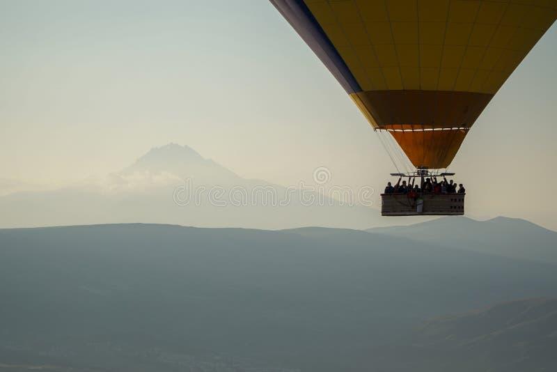 Härlig sikt av ballonflyget i himlen i Cappadocia royaltyfri bild