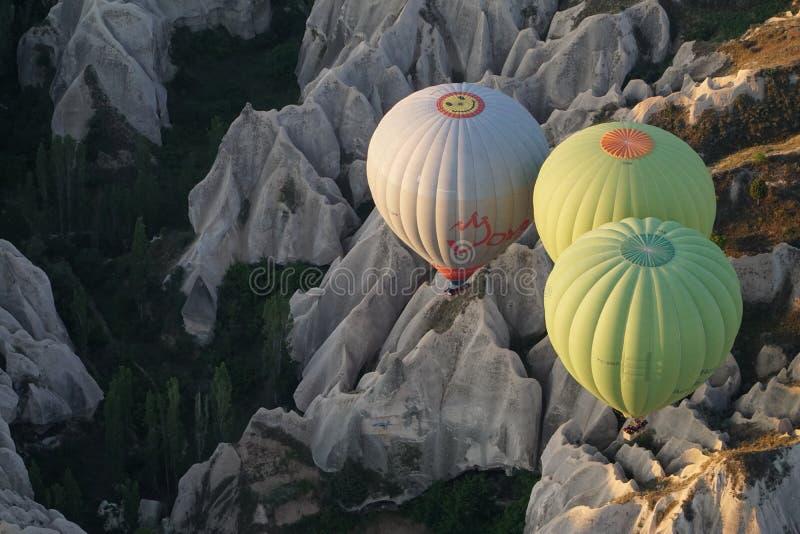 Härlig sikt av ballons som flyger i himlen i Cappadocia arkivfoton