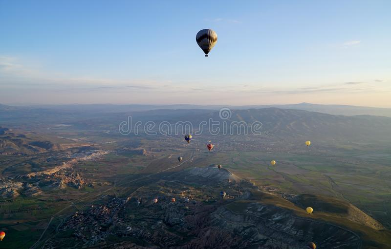 Härlig sikt av ballons som flyger i himlen i Cappadocia arkivbilder