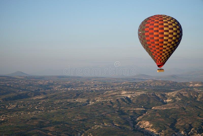 Härlig sikt av ballons som flyger i himlen i Cappadocia arkivbild