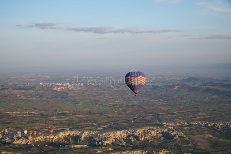 Härlig sikt av ballons som flyger i himlen i Cappadocia royaltyfria foton