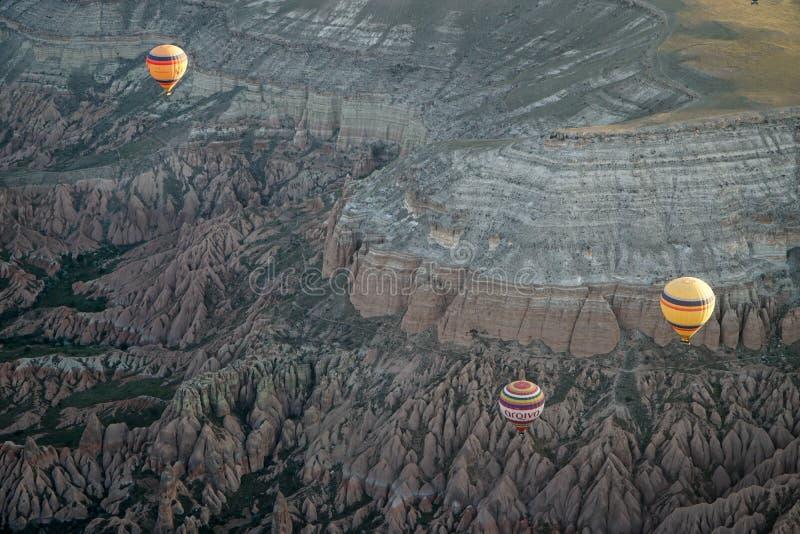 Härlig sikt av ballons som flyger i himlen i Cappadocia royaltyfri fotografi