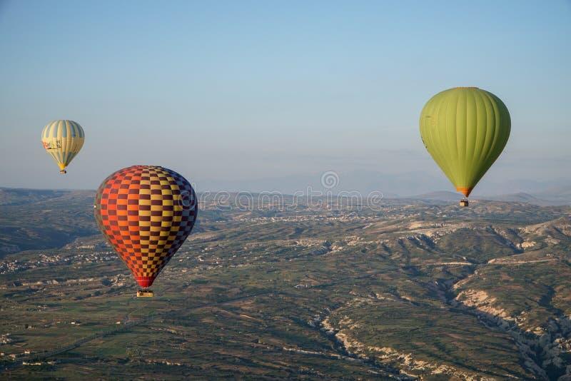 Härlig sikt av ballons som flyger i himlen i Cappadocia fotografering för bildbyråer