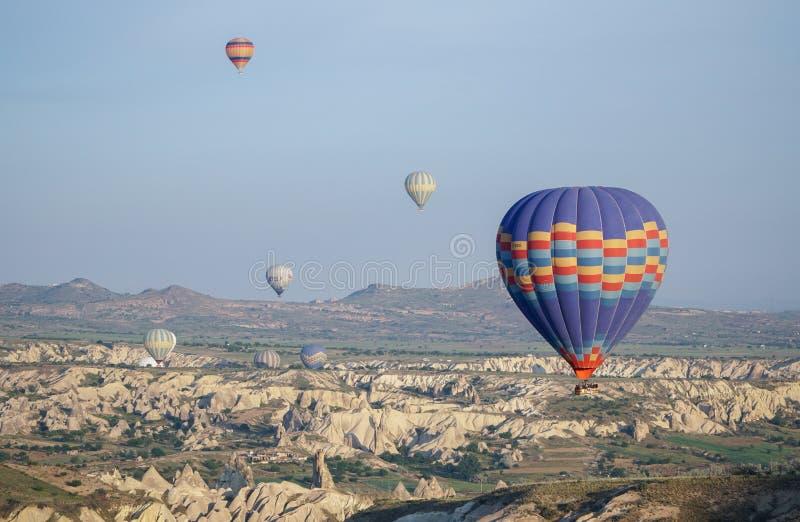 Härlig sikt av ballons som flyger i himlen i Cappadocia arkivfoto