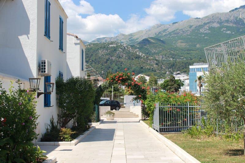 Härlig sikt av bergen och den vita villan royaltyfri bild