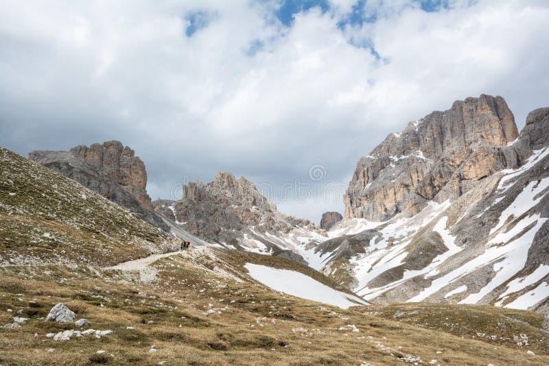 Härlig sikt av berget Catinaccio D 'Antermoia på vägen till Passo Principe Dolomites Italien royaltyfri fotografi