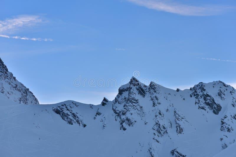 Härlig sikt av bergmaximumet med solnedgångljus överst mot royaltyfri bild