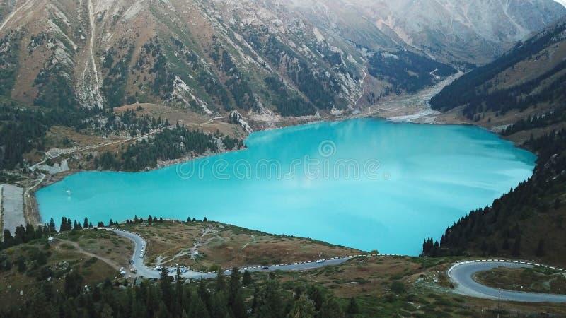 Härlig sikt av bergsjön av himla- färg arkivbild