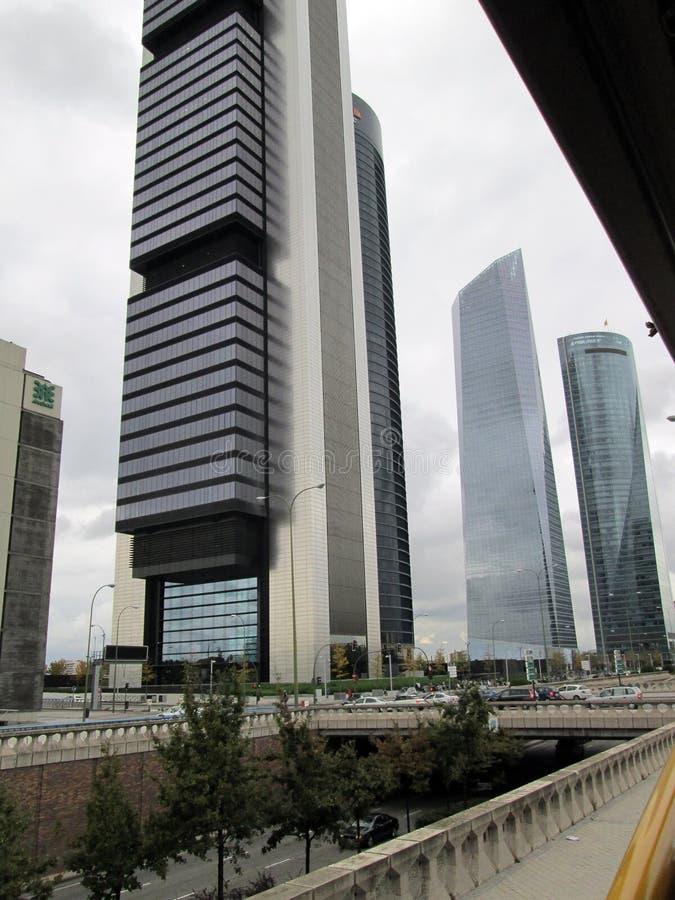 Härlig sikt av byggnader på Paseoen de La Castellana Madrid Spanien royaltyfria bilder