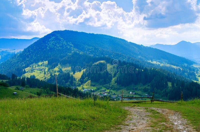 Härlig sikt av byn i bergen royaltyfri bild