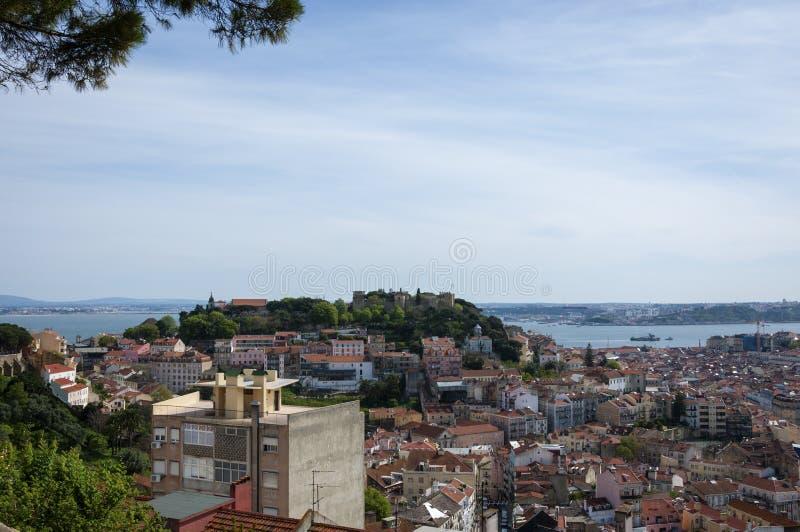 Härlig sikt av centret av staden av Lissabon, med den Sanka George Castle Castelo de Sao Jorge och Taguset River på t fotografering för bildbyråer