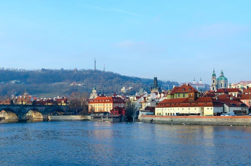 Härlig sikt av Charles Bridge, Vltava flodinvallning, Kampa ö i Prague, Tjeckien royaltyfri fotografi