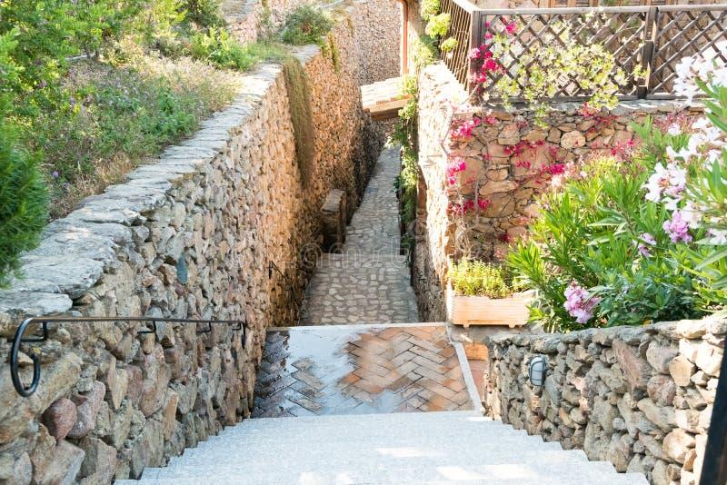 Härlig sikt av de typiska gatorna av byn i Italien, Sardinia som är medelhavs- royaltyfri foto