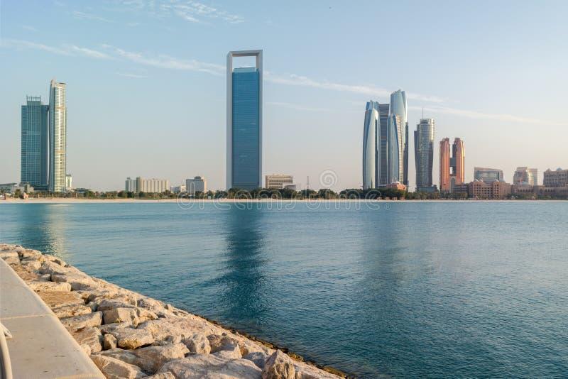 Härlig sikt av den Abu Dhabi stadsstranden, torn och byggnader royaltyfria foton