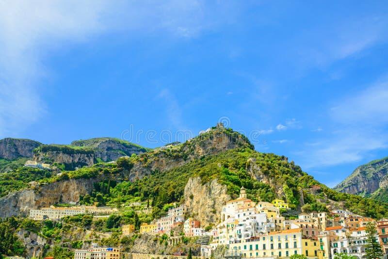 Härlig sikt av den Amalfi staden på den Amalfi kusten från havet med berg arkivbilder