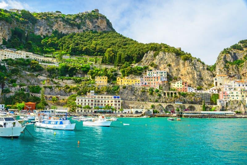 Härlig sikt av den Amalfi staden på den Amalfi kusten från havet med yachter och fartyg arkivfoton