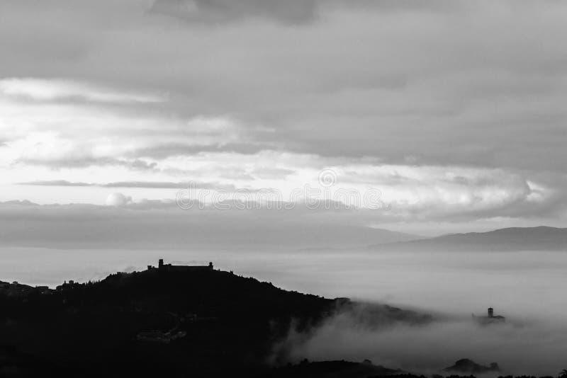 Härlig sikt av den Assisi staden Umbria bakifrån, över en havsnolla royaltyfria foton