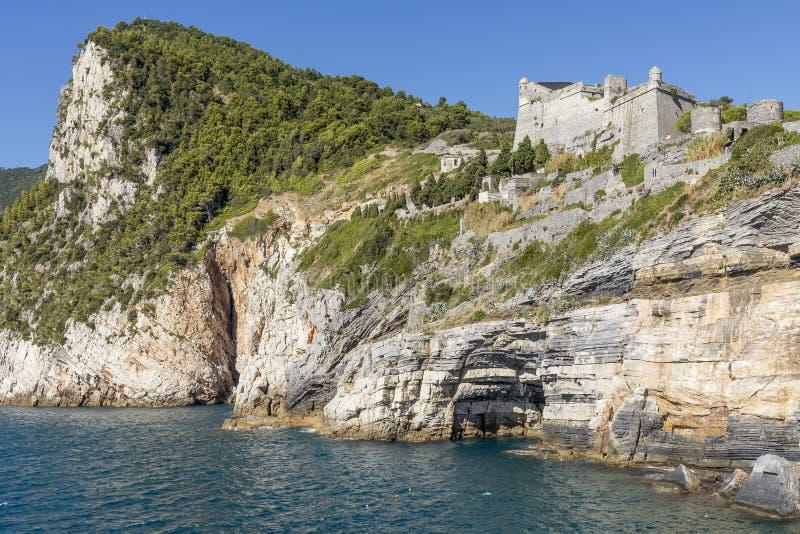 Härlig sikt av den Byron grottan och Doria Castle i Portovenere, Liguria, Italien royaltyfria bilder