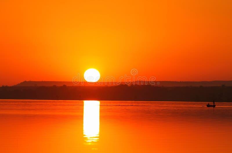 Härlig sikt av den fulla solnedgången för färg royaltyfri foto