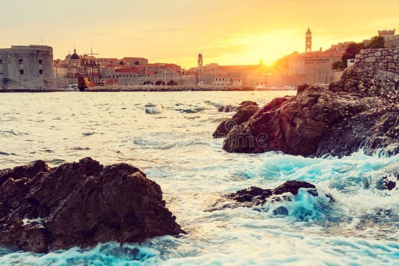 Härlig sikt av den gamla staden av Dubrovnik på solnedgångljus under stormen, cityscape, Kroatien royaltyfri foto