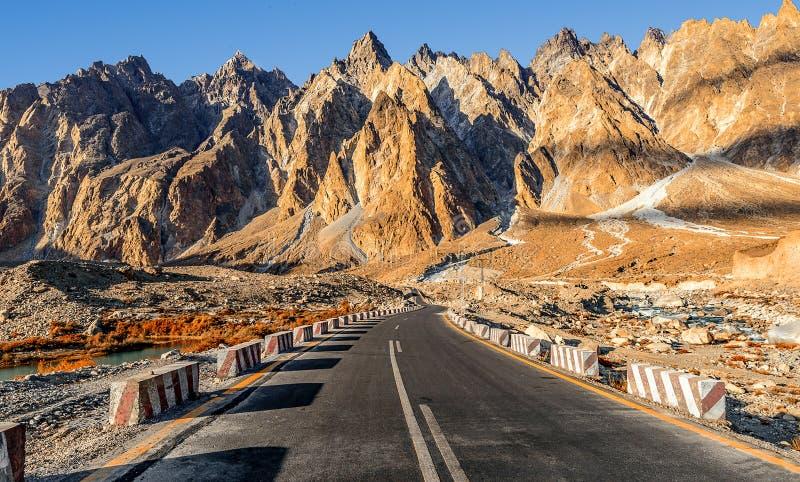 Härlig sikt av den Karakoram huvudvägen royaltyfri foto