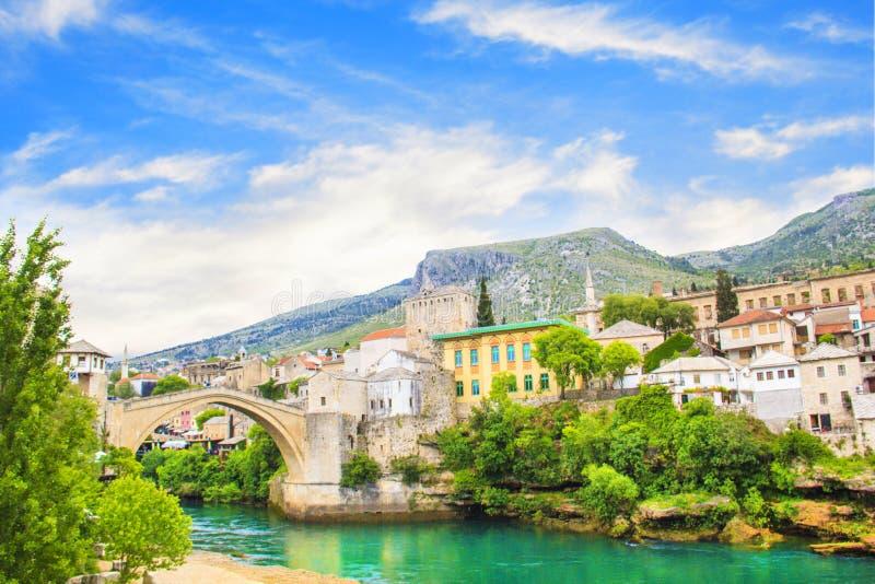 Härlig sikt av den medeltida staden av Mostar från den gamla bron i Bosnien och Hercegovina arkivfoto